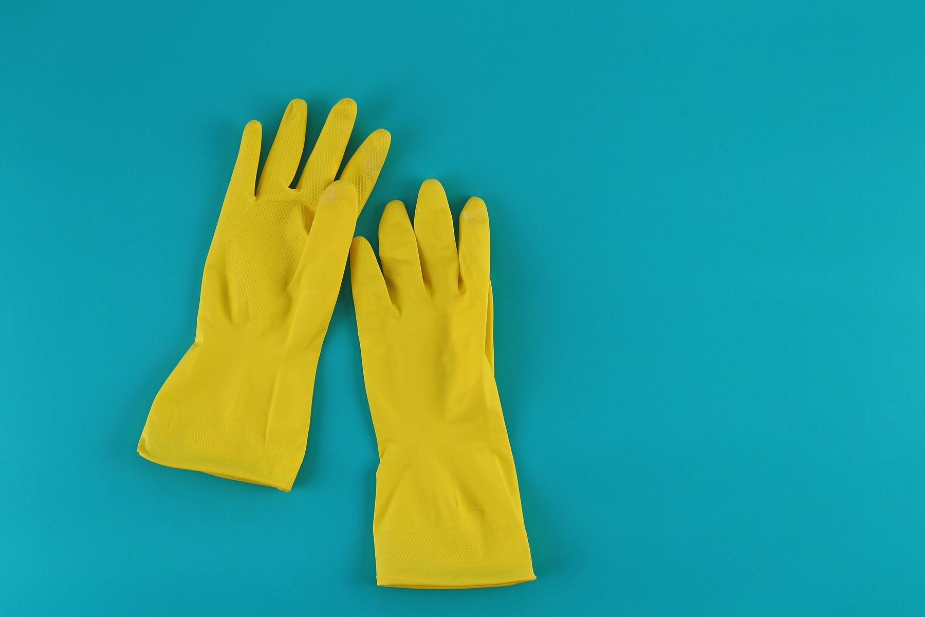 gula gummihandskar på blå bakgrund