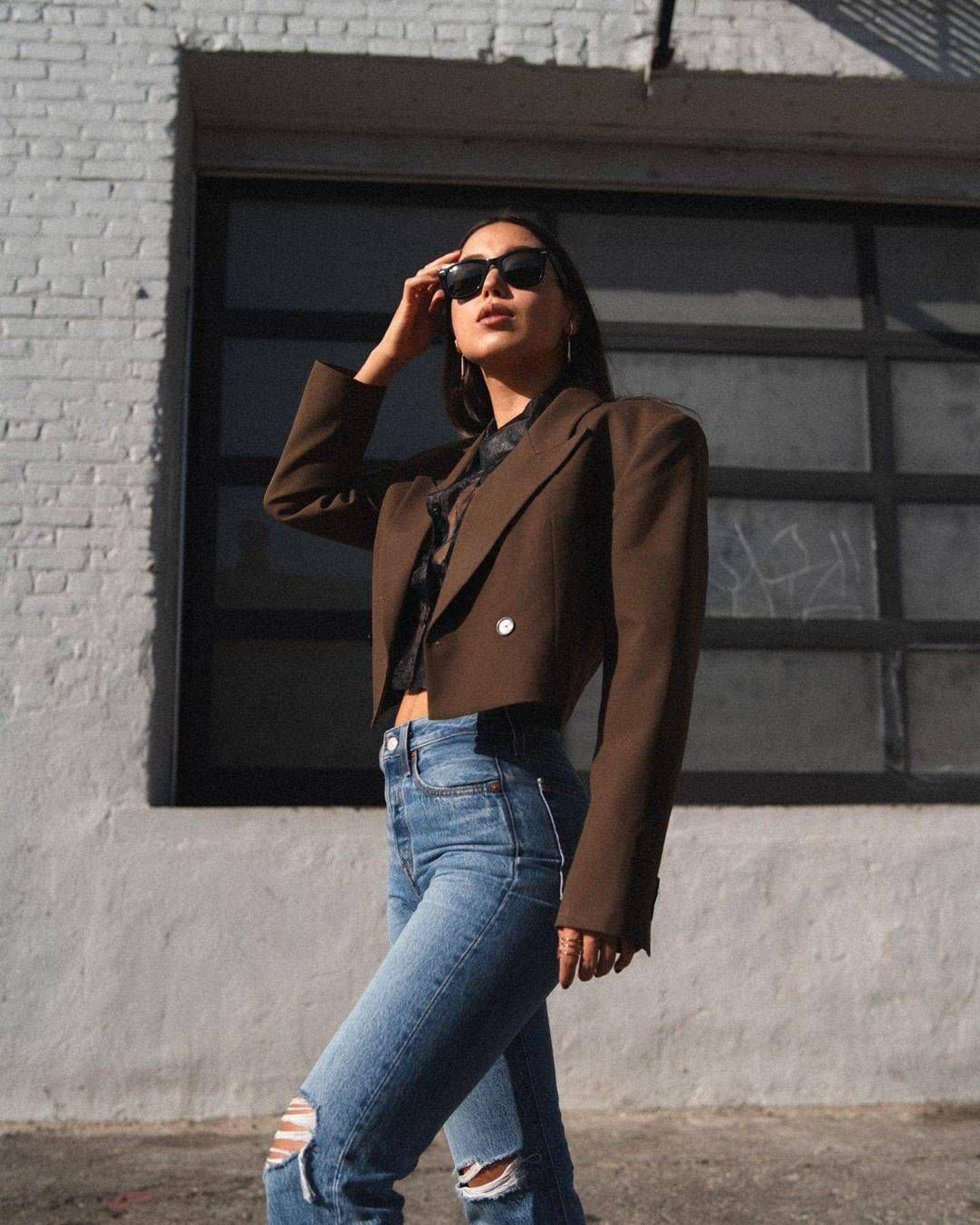 Phối quần jean với áo thun croptop tay dài