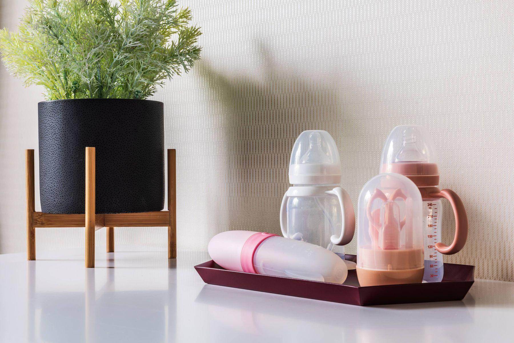 अपने बच्चे की दूध की बोतल कैसे करें साफ़ | क्लीएनीपीडिया