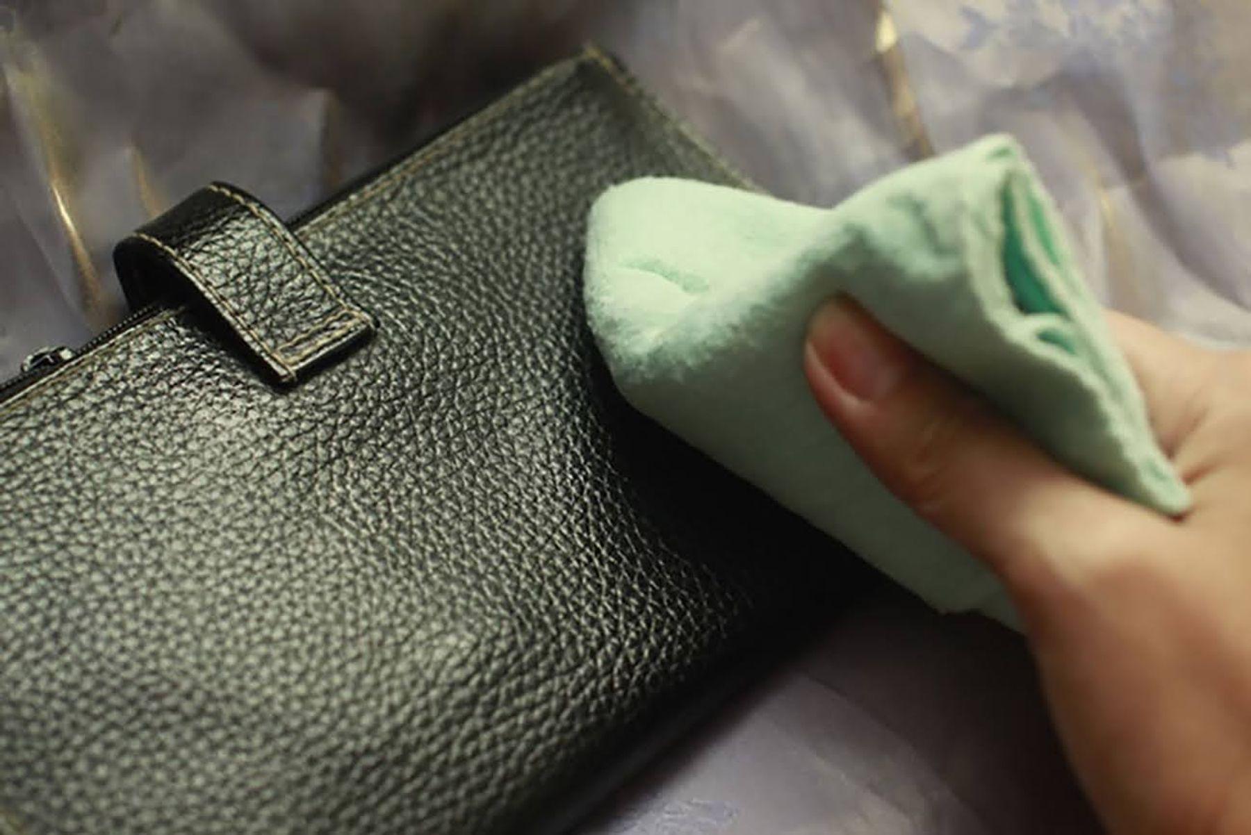 Làm sạch túi da bằng giấm trắng