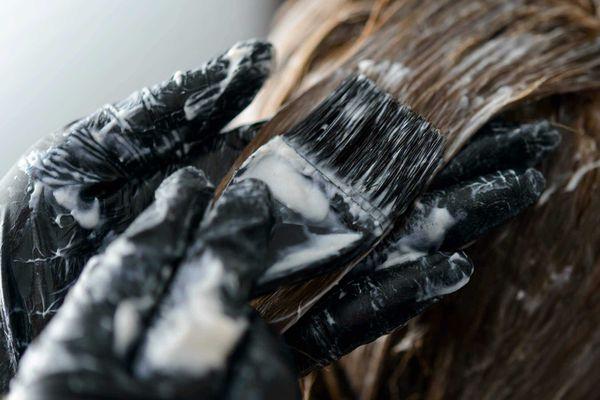 como-tirar-mancha-de-tinta-de-cabelo-da-pele-roupa