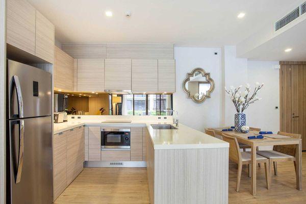 Tủ bếp gỗ trang trí đẹp hiện đại