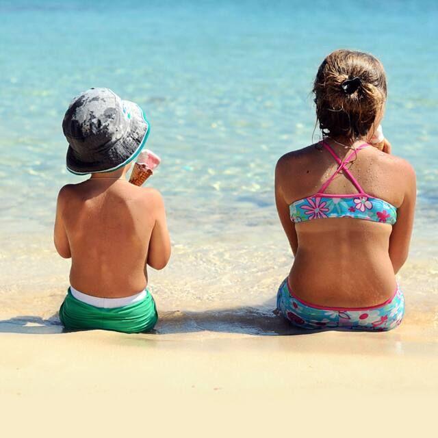 Cách chọn và bảo quản quần áo đi biển cho trẻ luôn thoáng mát, ngăn mồ hôi và giảm vi khuẩn