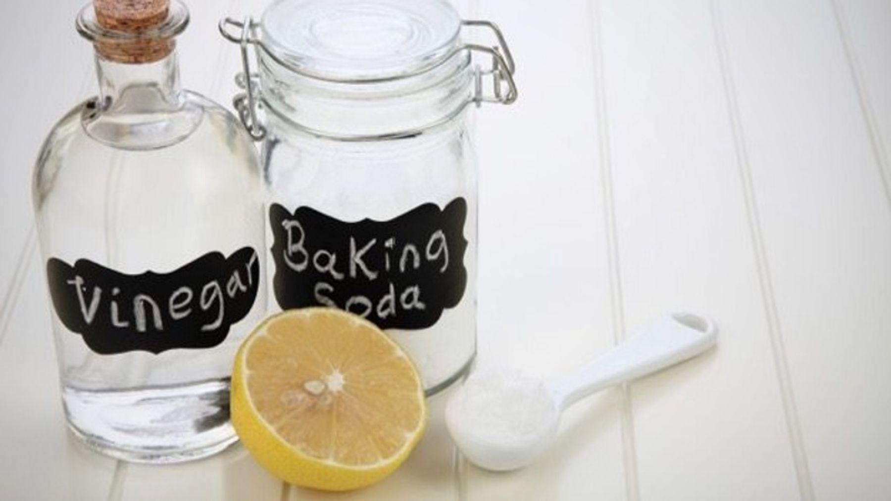 Step 3: Những nguyên liệu thường dùng để tẩy vết bẩn gồm baking soda, chanh, giấm...