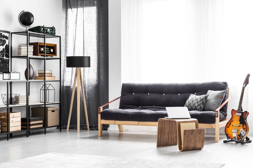 wohnzimmer mit gitarre auf dem boden stehend neben dem sofa