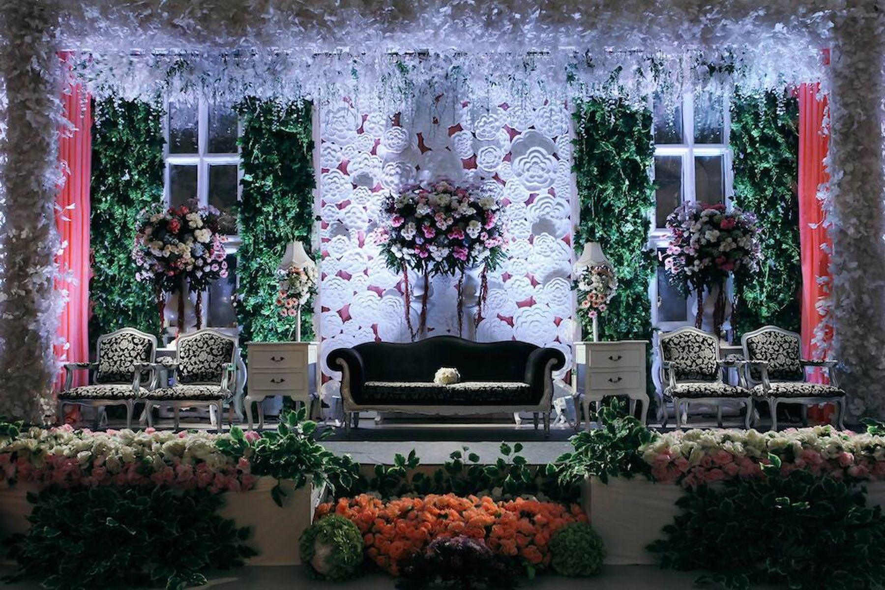 tempat pernikahan tradisional dengan lorong dan kursi