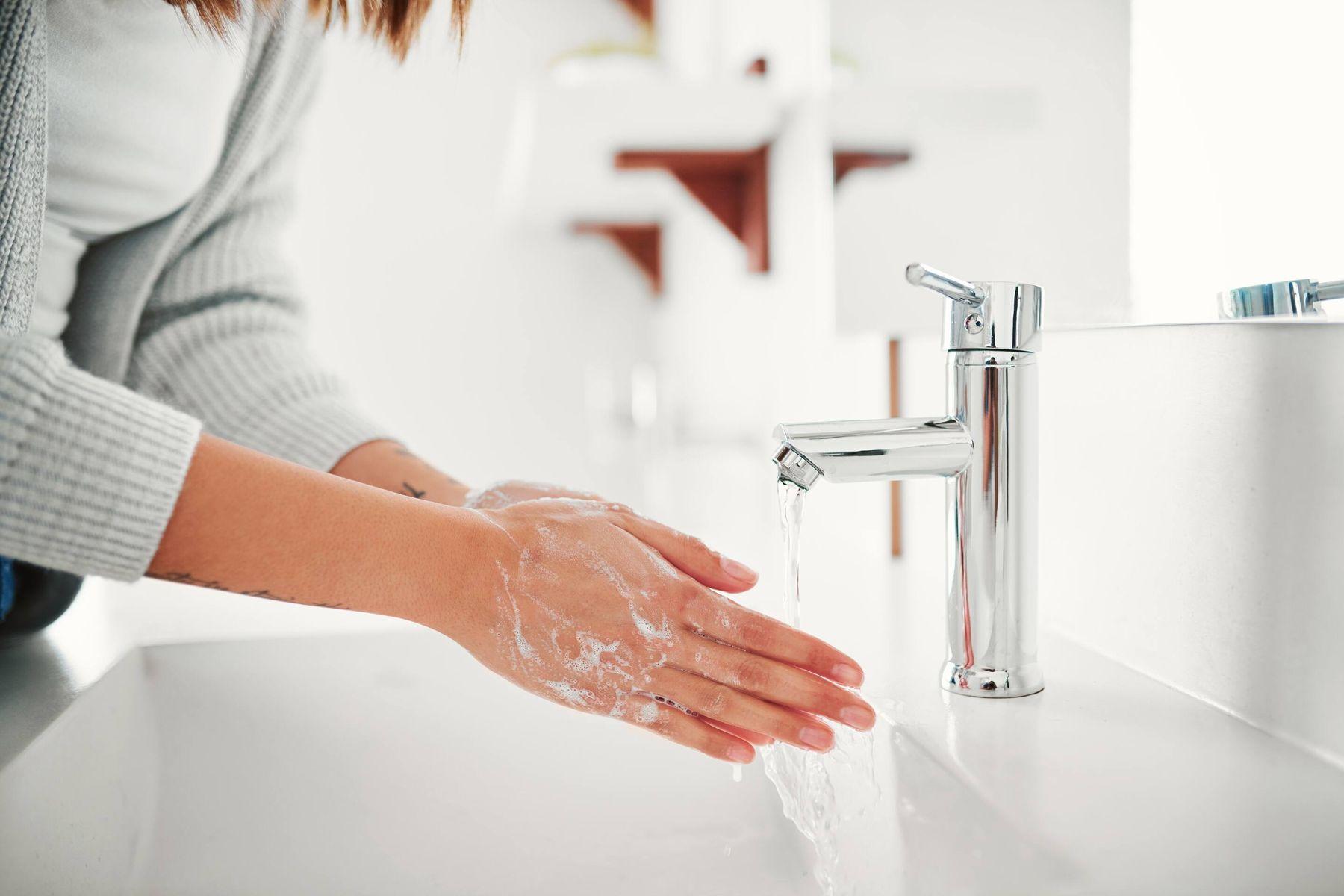 mujer lavarse las manos