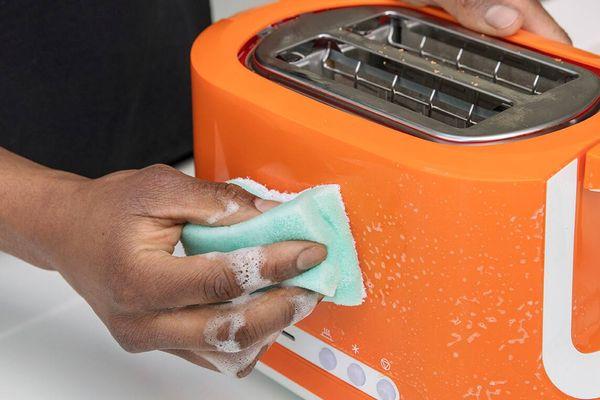 Jak čistit menší kuchyňské spotřebiče jako jsou mikrovlnky, mixéry nebo toastery