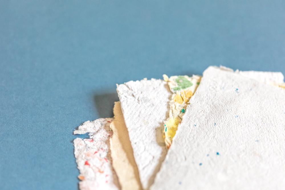 folhas de papel reciclado