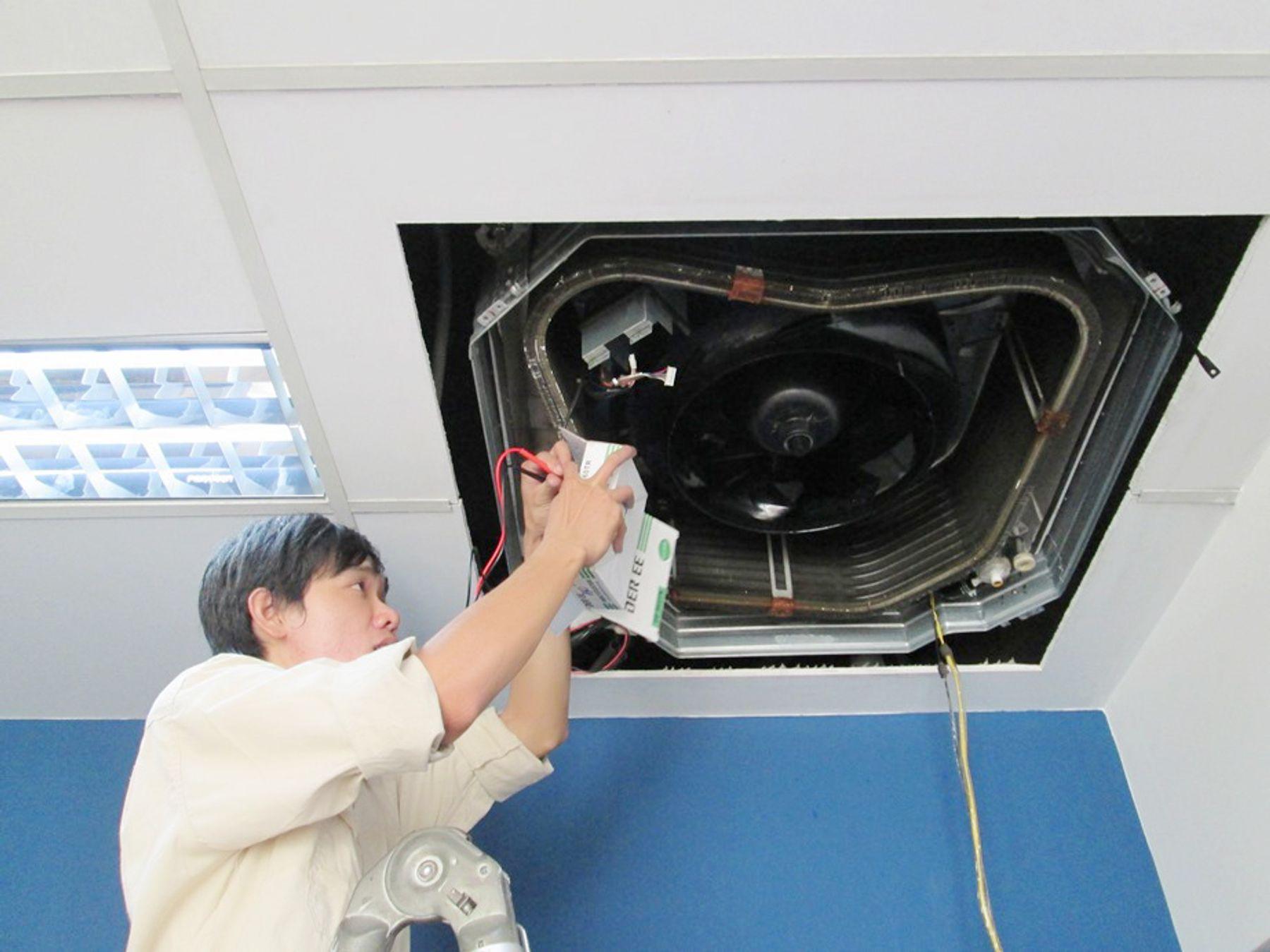 Cách vệ sinh máy lạnh âm trần đối với dàn nóng