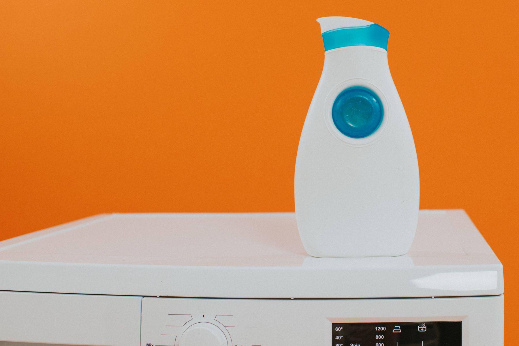 Waschmittelflasche auf der Waschmaschine