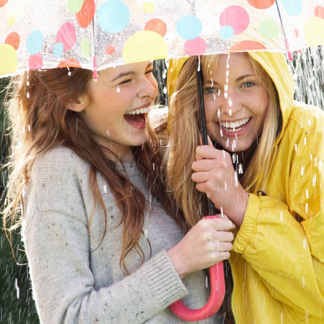 Xử lý quần áo ẩm mốc ngày mưa với 3 mẹo sau