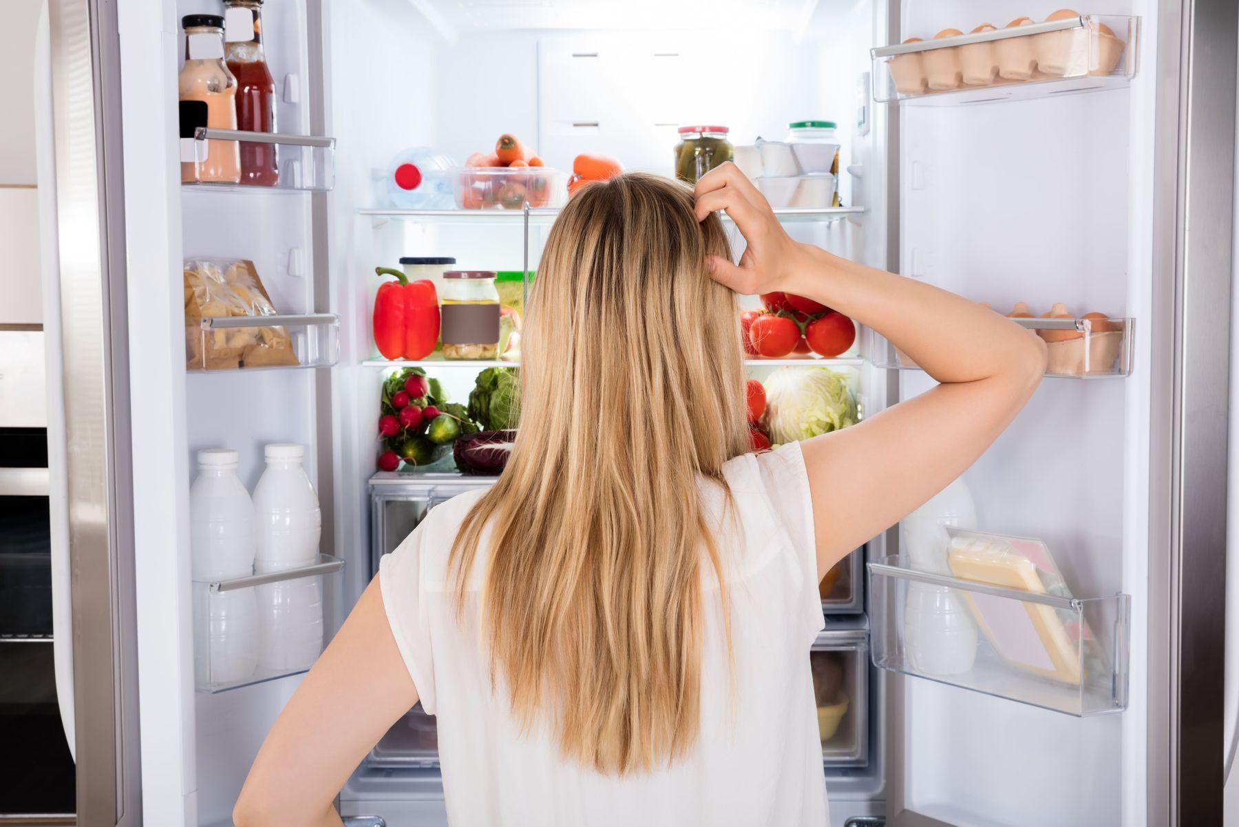 lấy hết thực phẩm ra trước khi vệ sinh tủ lạnh