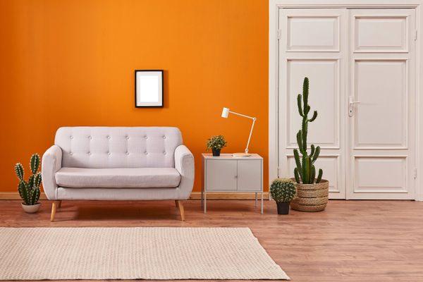 Ruang tamu berdinding oranye