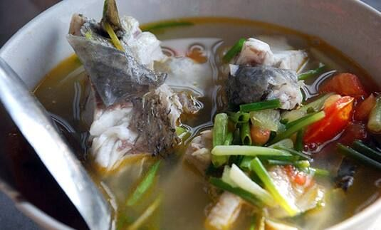 Làm sao để khử hết mùi tanh cá khi chiên trong nhà bếp?