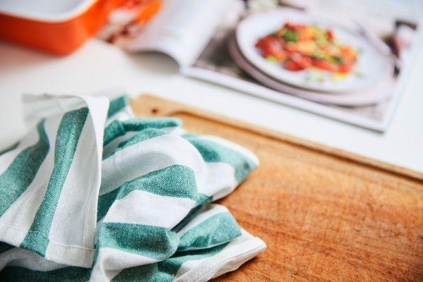 Como limpar pano de prato encardido e esponjas