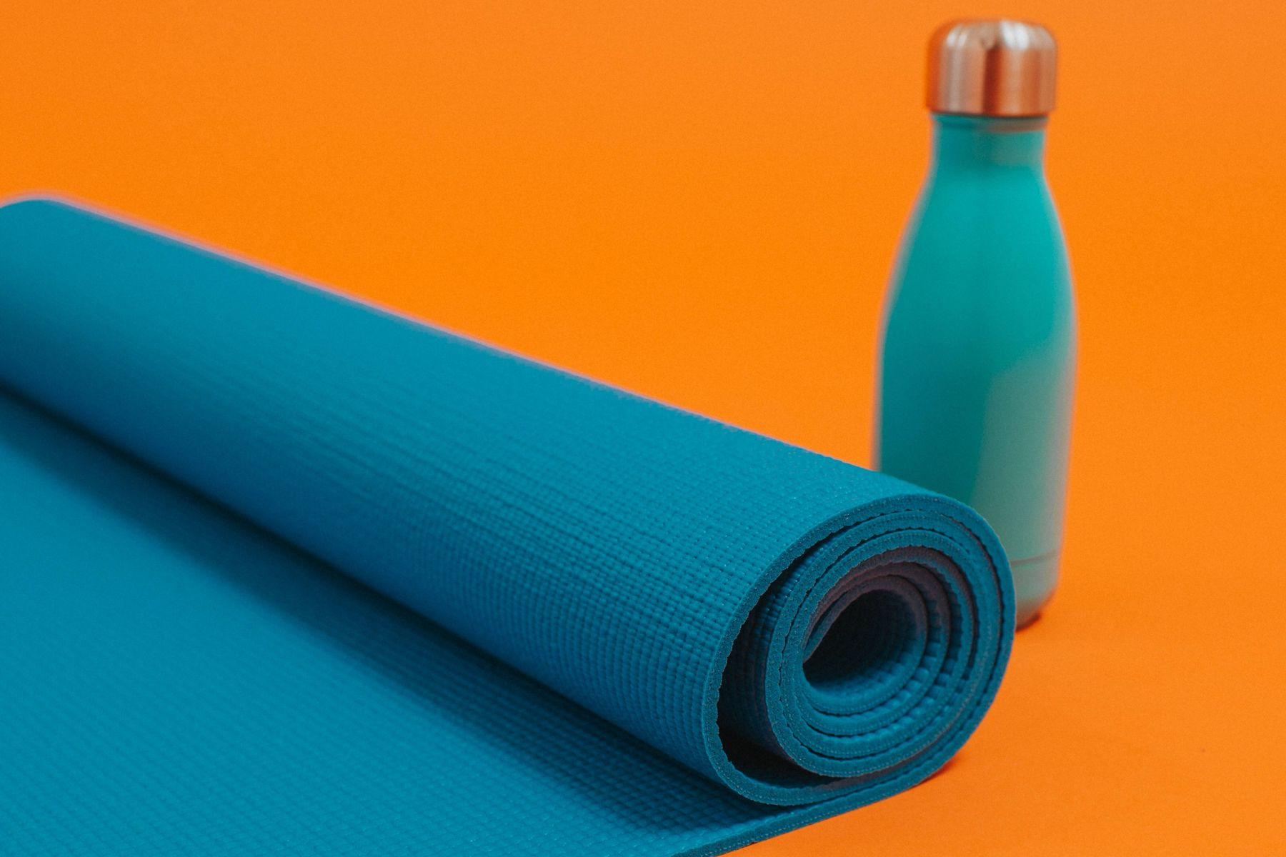 mata do jogi zwinięta z bliska i butelka
