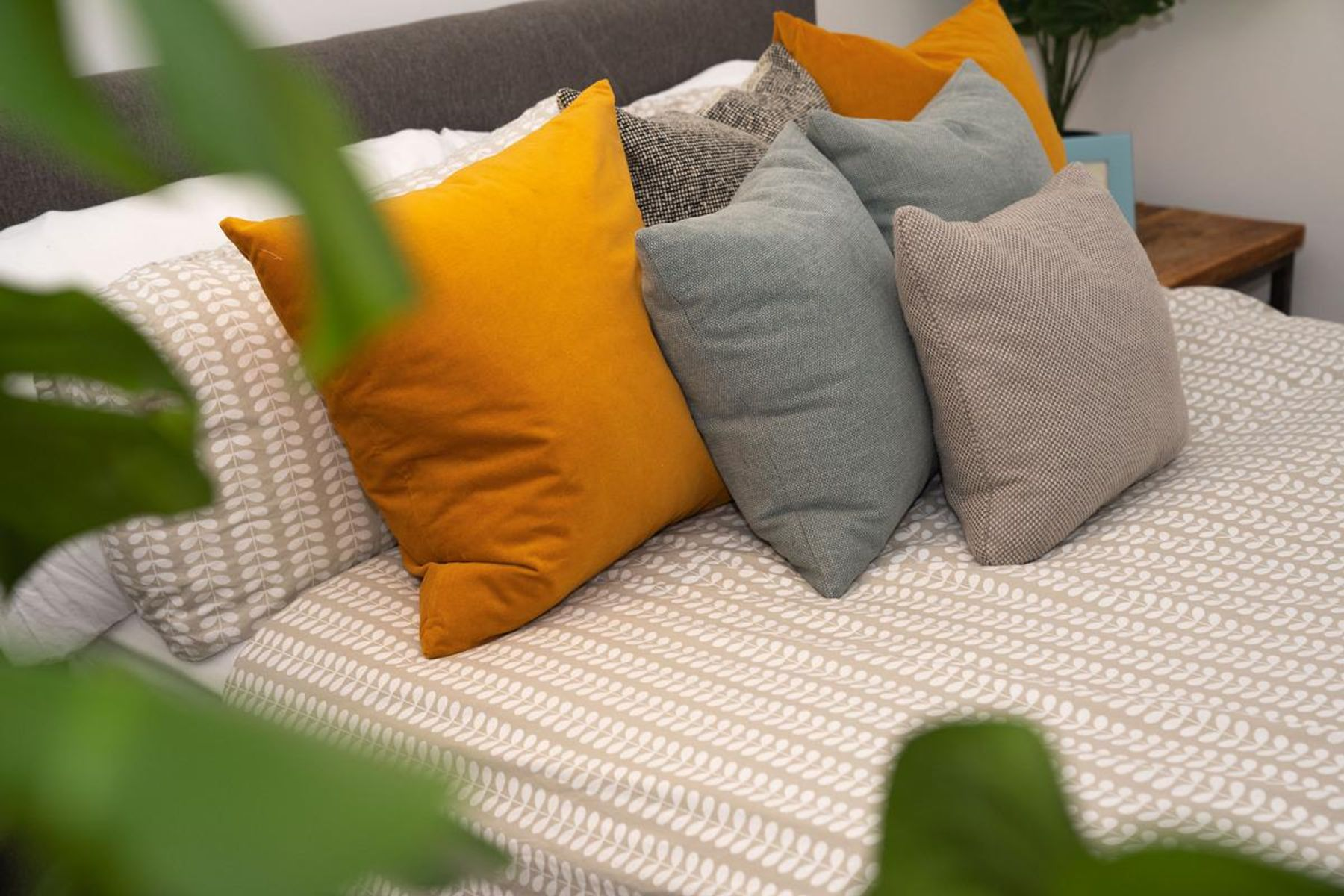 Almofadas arrumadas em cima da cama de casal