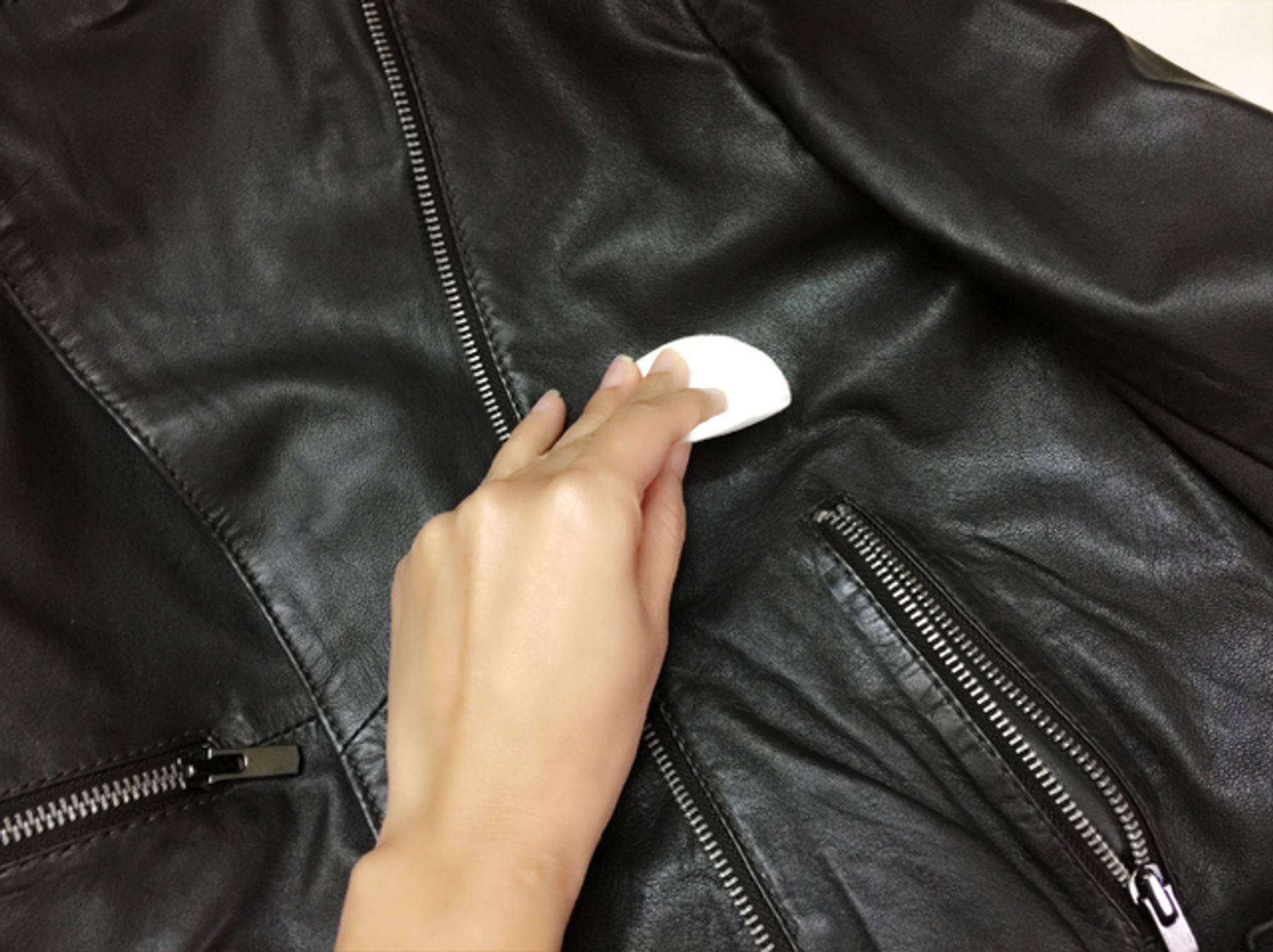 Có nên dùng cách làm sạch áo da bằng cồn?