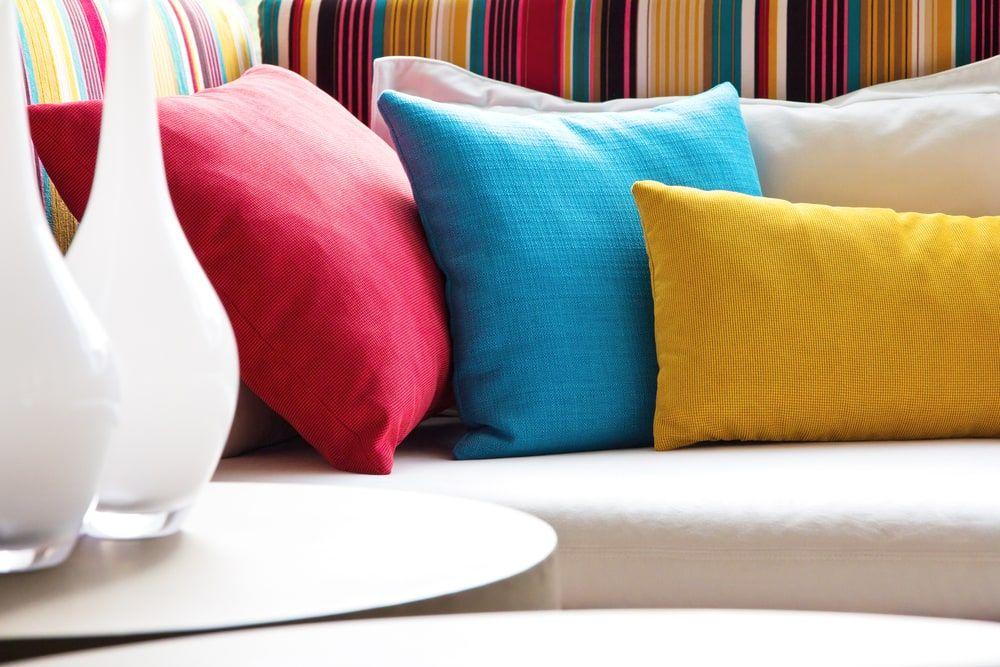 Trước khi bắt đầu cách giặt ghế sofa vải thì bạn cần tháo các vỏ bọc gối,...