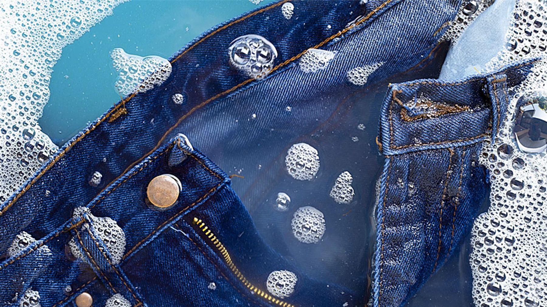 Cách giặt quần Jean không ra màu bằng tay