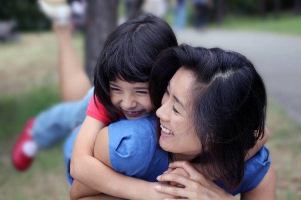 Tại sao trẻ luôn khao khát được mẹ ôm?
