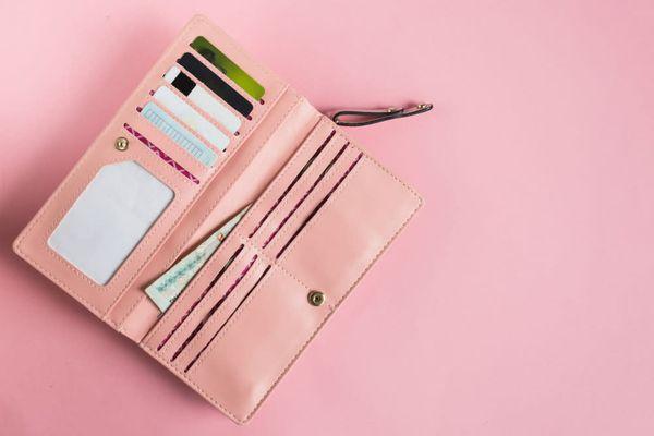 İçinde para ve kartların olduğu pembe bir cüzdan