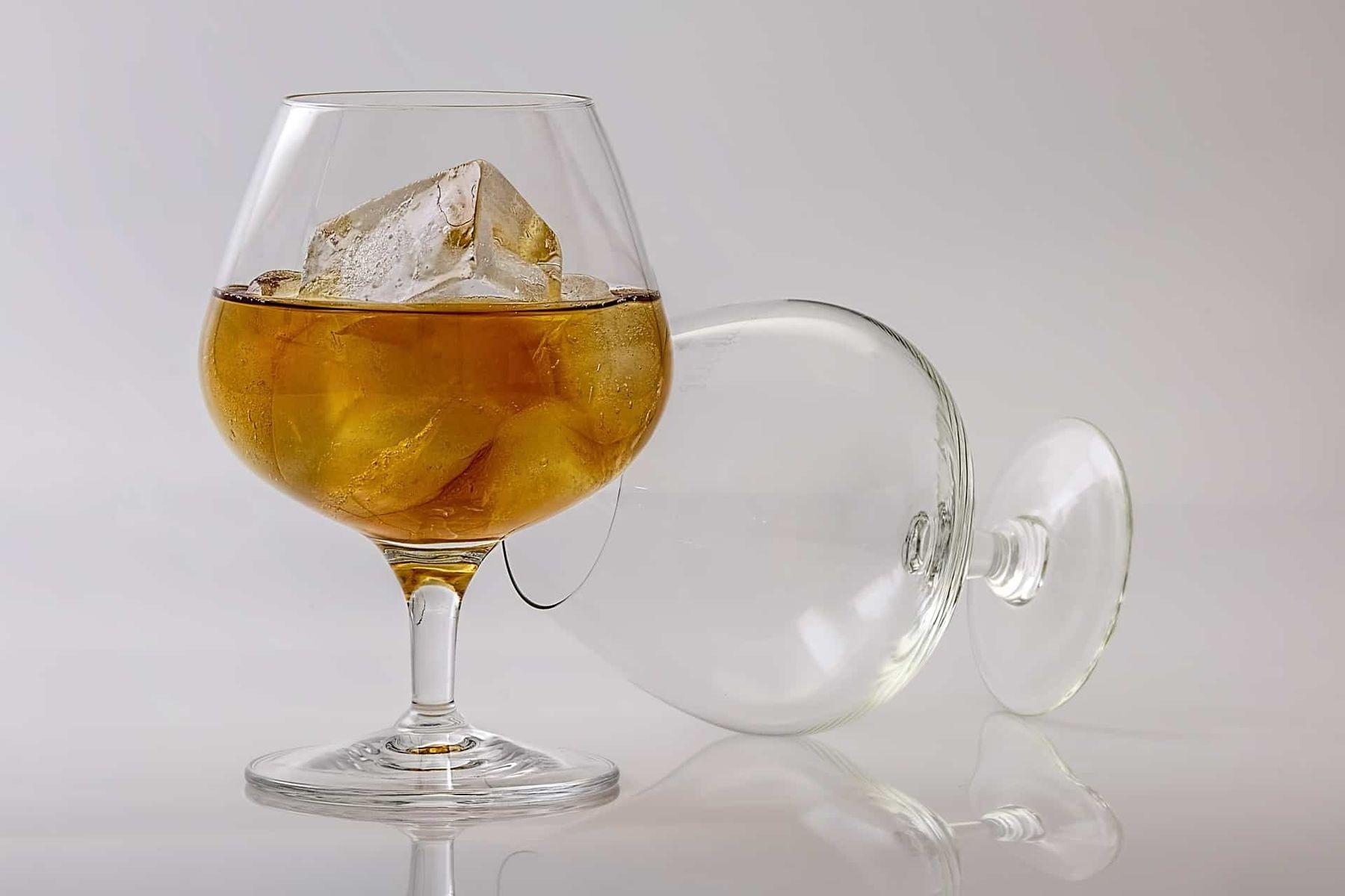 Rượu - nguyên liệu khử mùi hôi giày tiện dụng